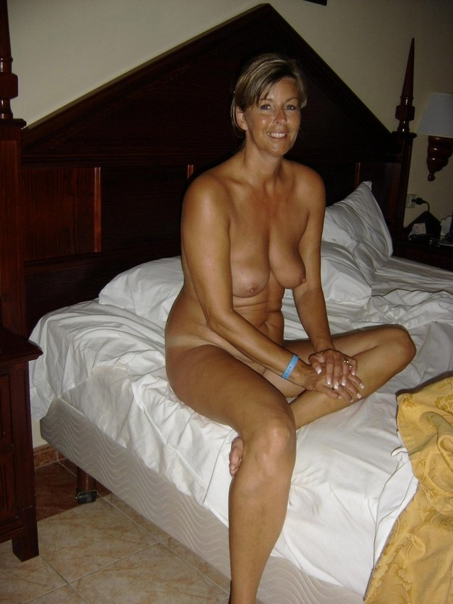 standing naked woman pussy